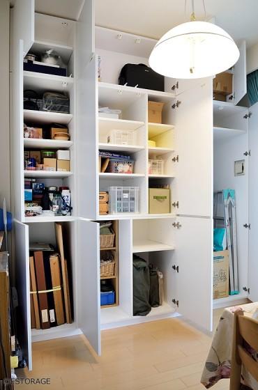 大容量で、収納スペースが自在に変えられる 納戸のようなダイニング収納