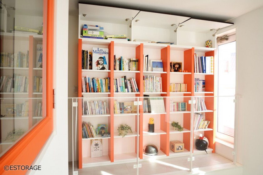 家の空間と調和した個性的な書棚