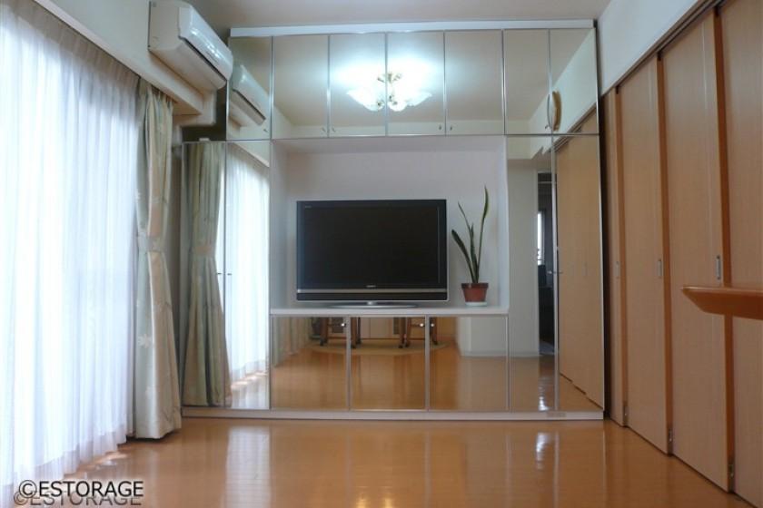 鏡の扉で広く明るいリビング壁面収納