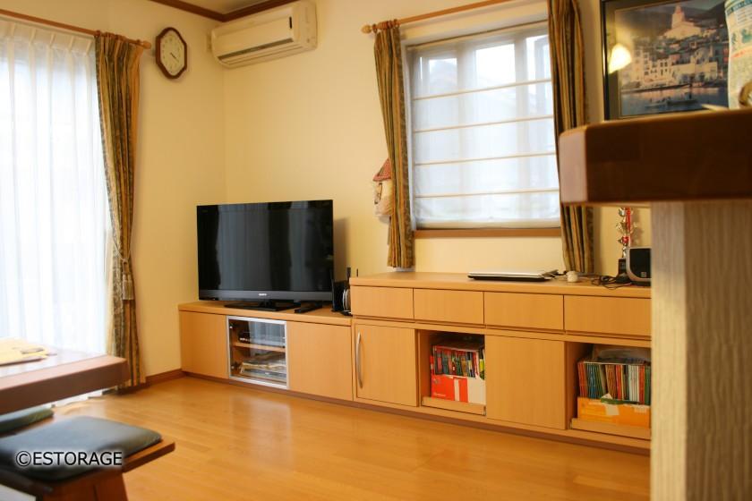 LDKの一角の壁にテレビを収めるテレビローボード