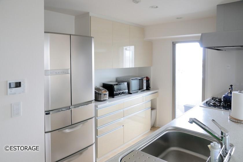 キッチンと同素材で明るく統一感のあるキッチン収納