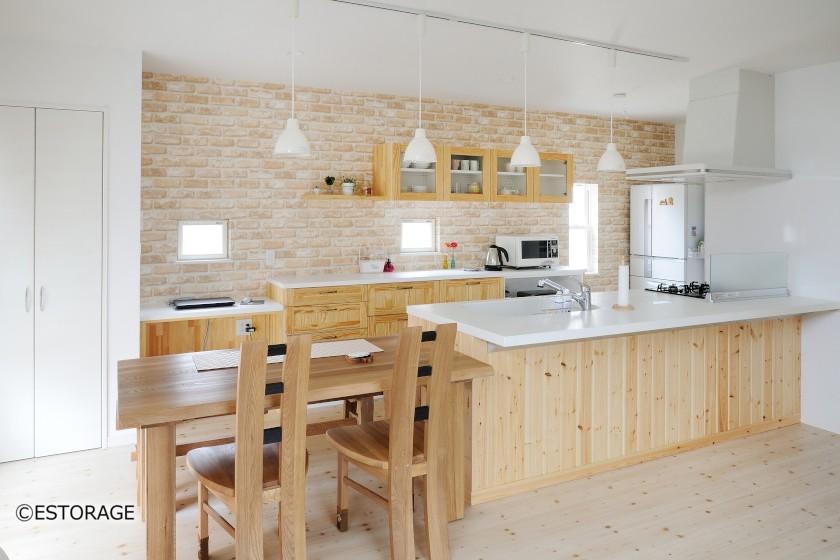 パイン材で造ったナチュラルキッチン収納