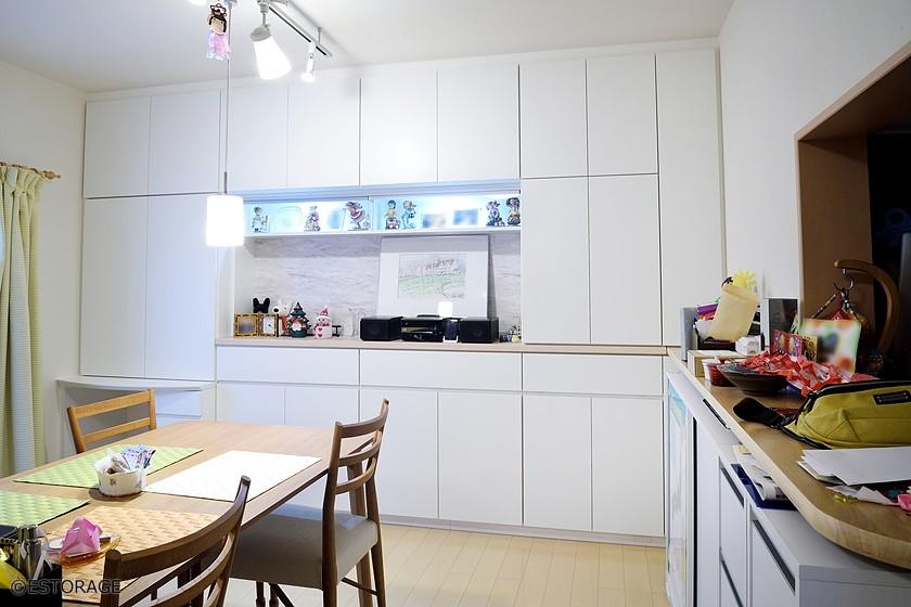 多機能な収納と部屋を明るくするダイニング壁面収納