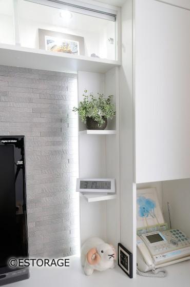 タイルと照明がアクセントの白いリビング壁面収納