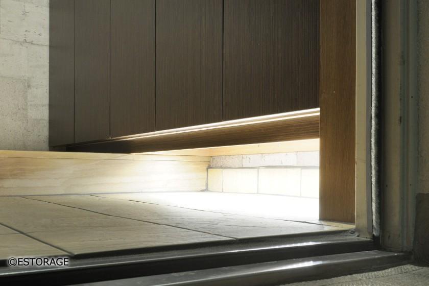 ダークな木目と間接照明でモダンな玄関収納
