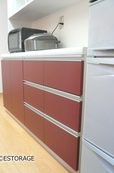 モダンな色合いのキッチン収納
