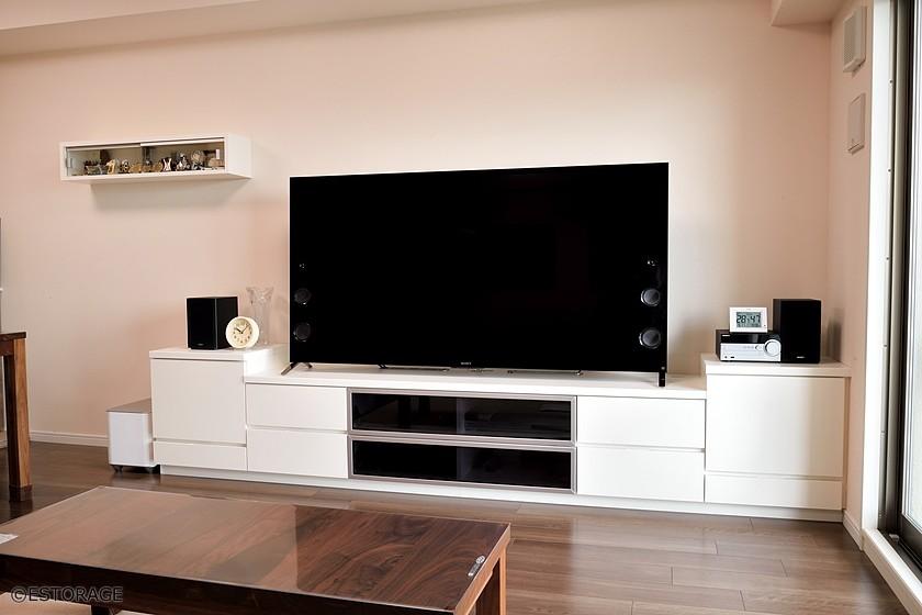 左右対称にデザインされたシンプルなTVボードと飾り棚をアクセントに。