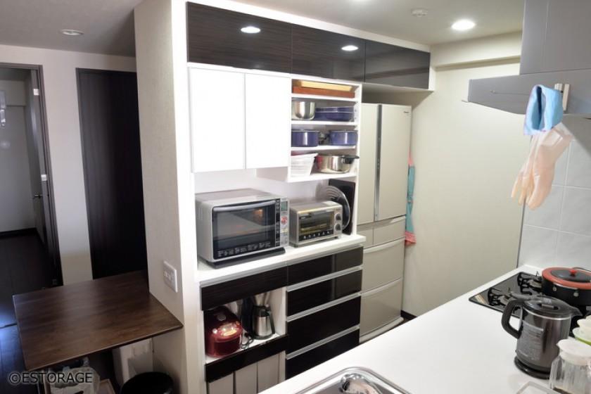 キッチンと素材を合せた一体感のあるキッチン壁面収納オーダー家具