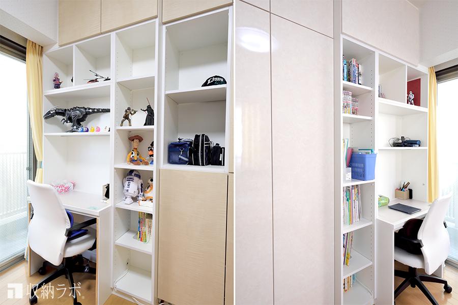 両側から使える壁面収納を間仕切りにして作った子ども部屋。