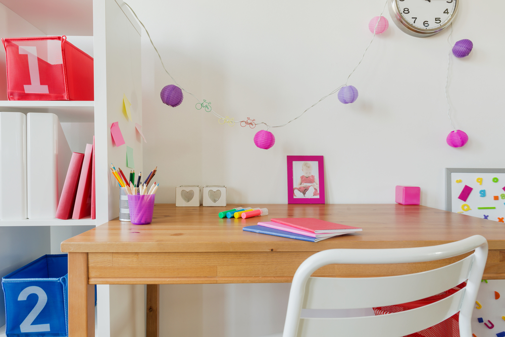 子供部屋に置くだけで快適が長続きする壁面収納付きデスク