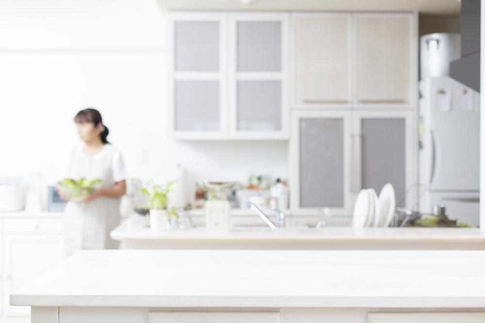 主婦の悩み第1位。スッキリ片付くカウンター下の収納のコツとオーダー家具
