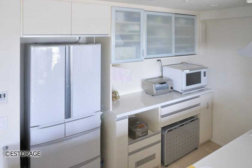 機能を集約した白色の食器棚