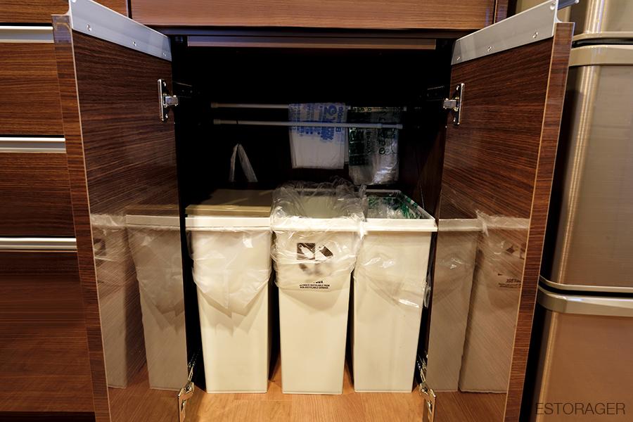 ゴミ袋も収納できるカップボード