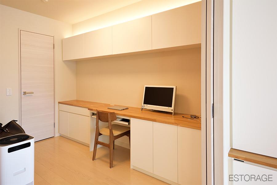 (4)シンプルでおしゃれな壁面収納デスク