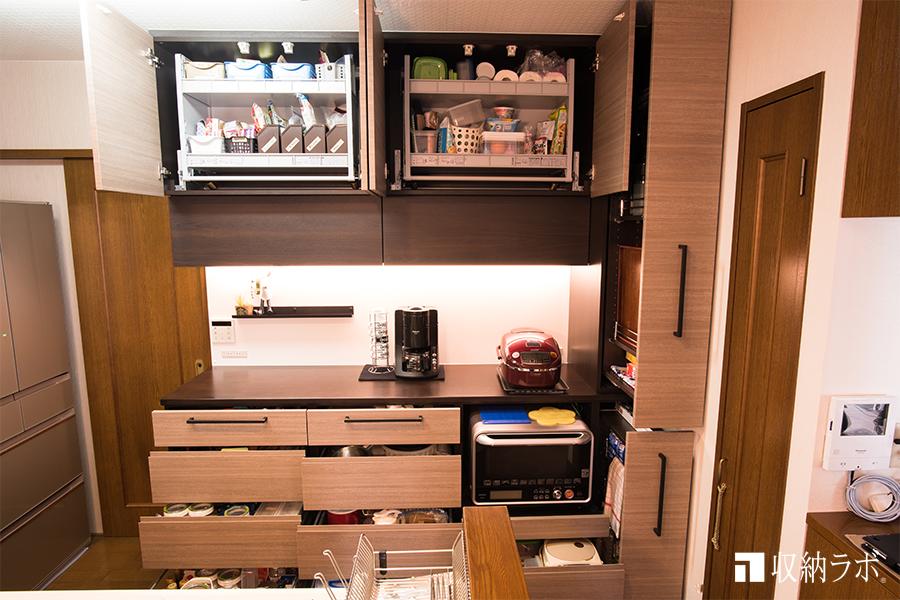 長年の収納の不満を解消するフルオーダーの食器棚