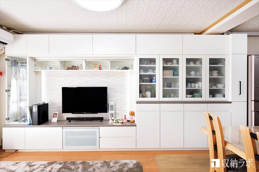 白で統一された利便性抜群の壁面収納