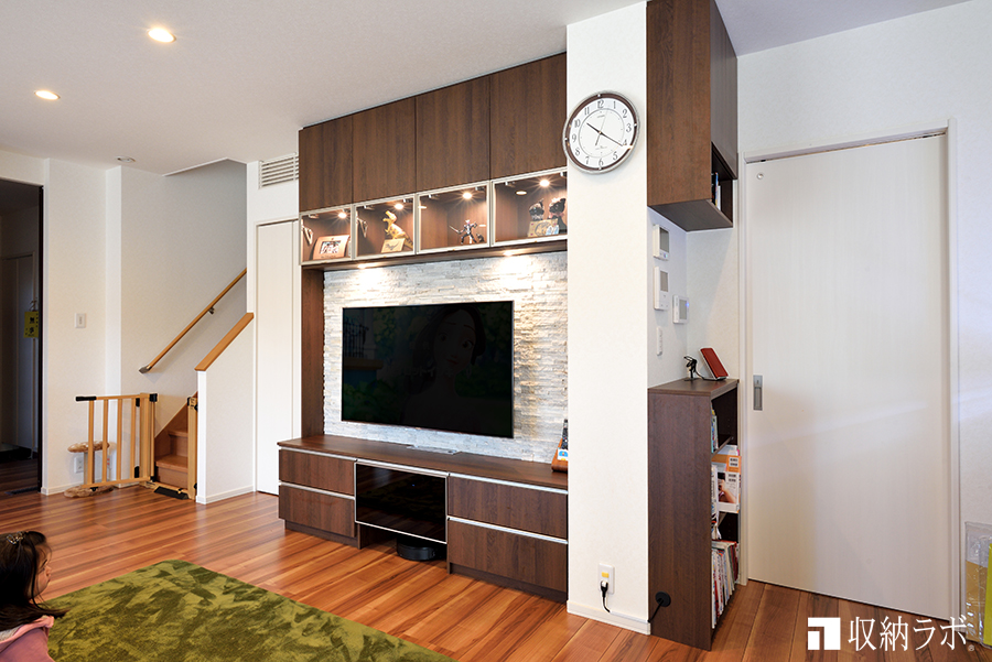 広いお部屋をスッキリ片付ける壁面収納