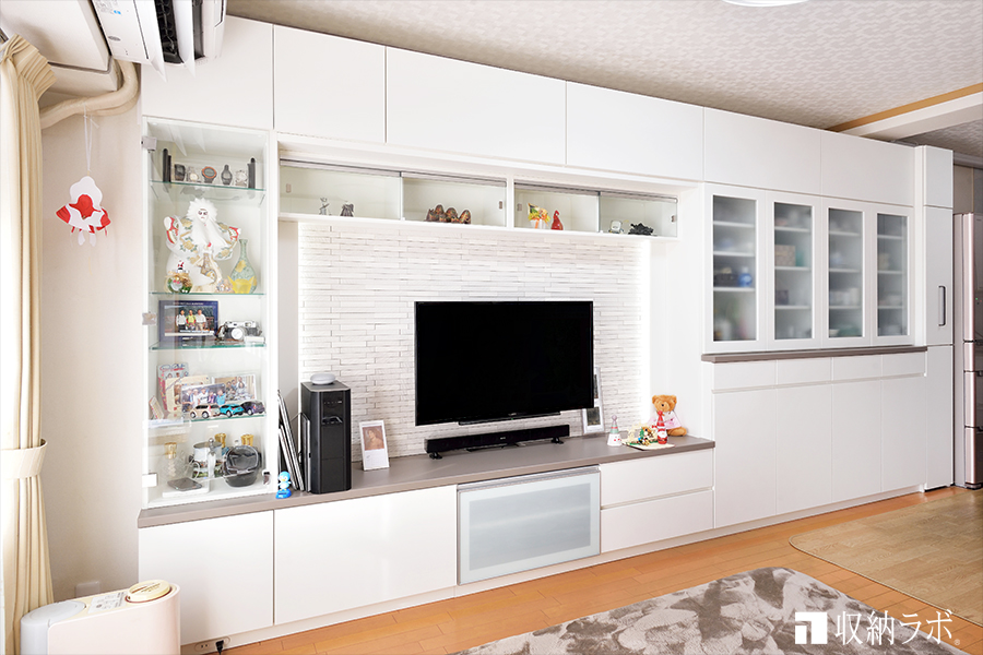 白で統一された壁面収納で作る爽やかなインテリアコーディネート