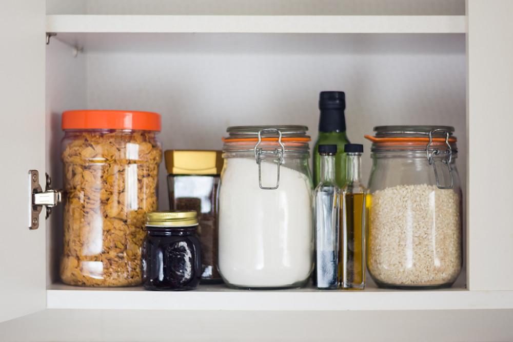 5.調味料や食品は容器を変えて収納