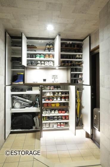 収納アイデア4.片付けるのは靴だけじゃない!玄関で使うものをまとめて収納