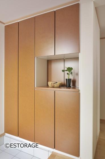 収納アイデア3.飾り棚スペースでおしゃれ度アップ