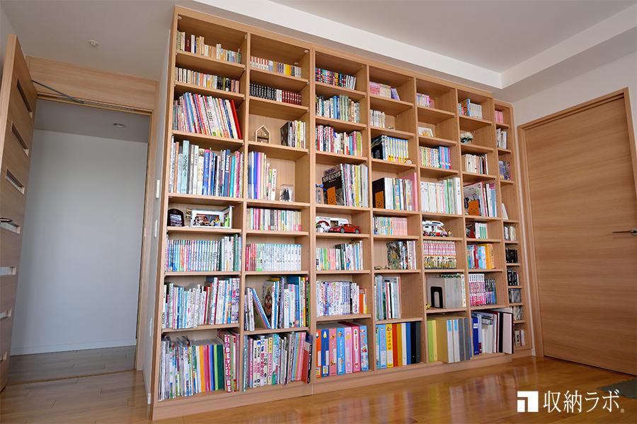 天井から床まで大容量の本棚