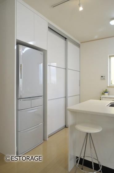 引き戸ですべて隠せる大容量のキッチン収納