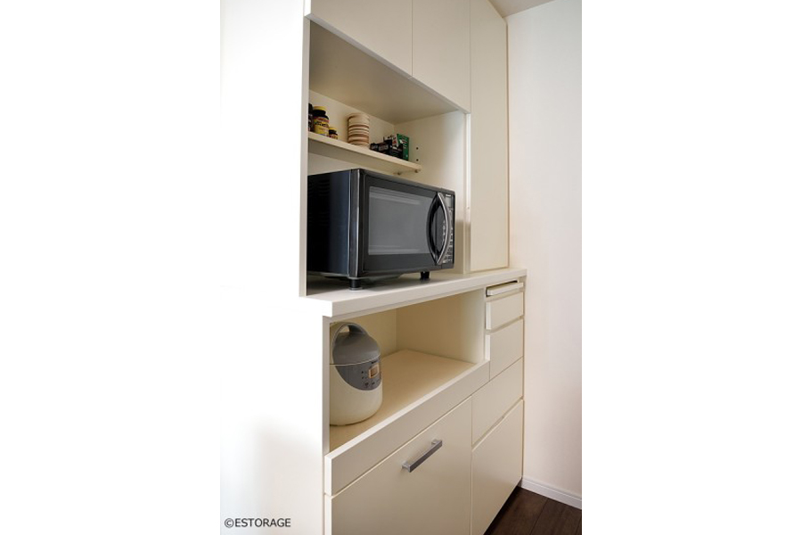 家電を使いやすい高さに設計したオーダーメイドの食器棚。