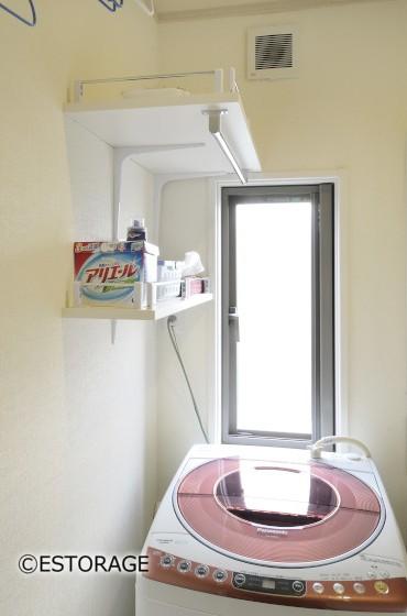 洗濯機上の空いたスペースに洗剤などを置ける壁付固定棚