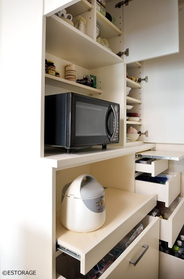 家電を使いやすい高さに設定した ハイカウンターのオーダーメイドの食器棚。