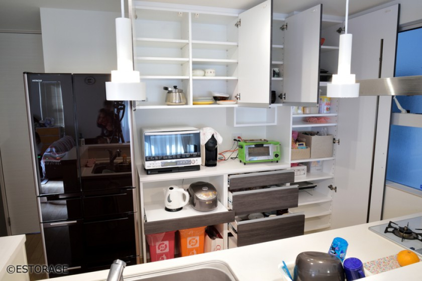 大容量のパントリーのあるキッチン壁面収納