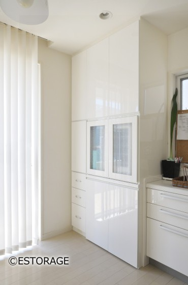 パン作りの家電を収めるスペースを備えた壁面収納