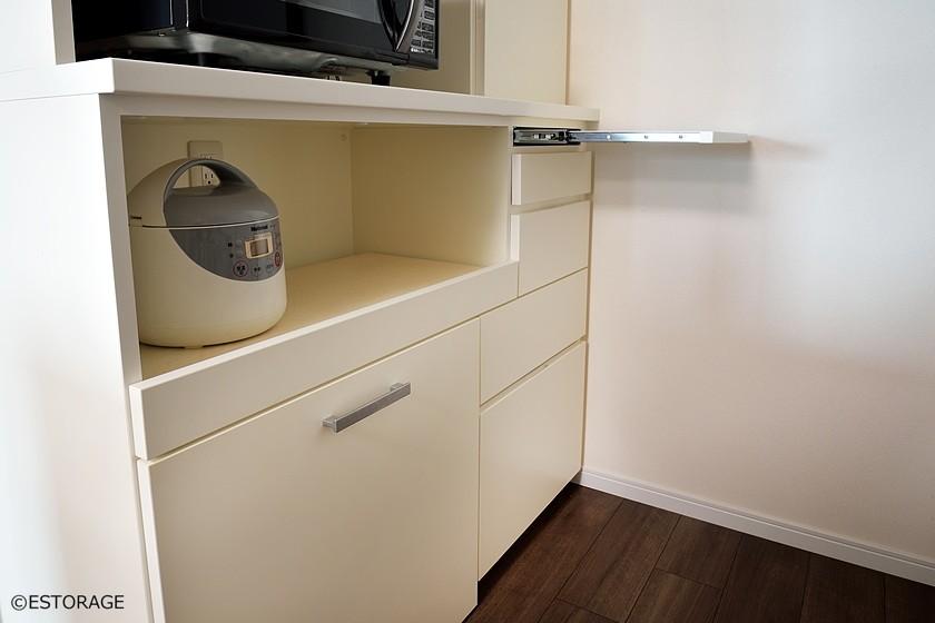 スライド棚を組み込み作業スペースを確保。