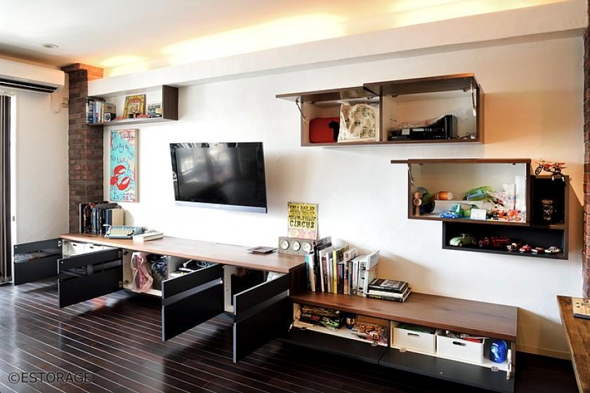 リビングの壁面をお気に入りの物を飾って楽しむ空間に