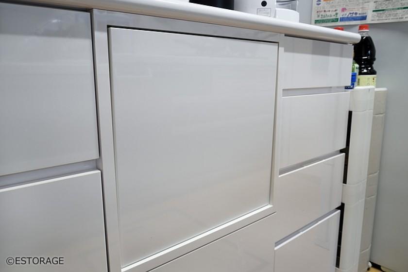 シンプルでフラットなデザイン 広々とした食器棚