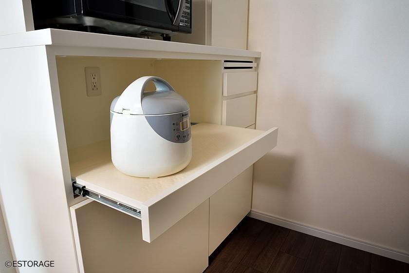 炊飯器などは、スライド棚を使って機能的に収納。