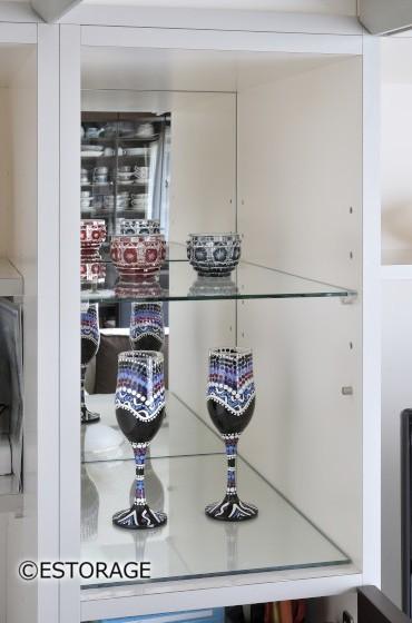 背面に鏡を組み込んだ飾り棚