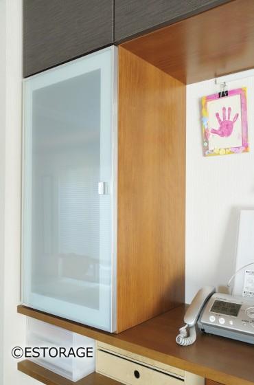 レザー調扉でシックにまとまったカウンター上部収納家具