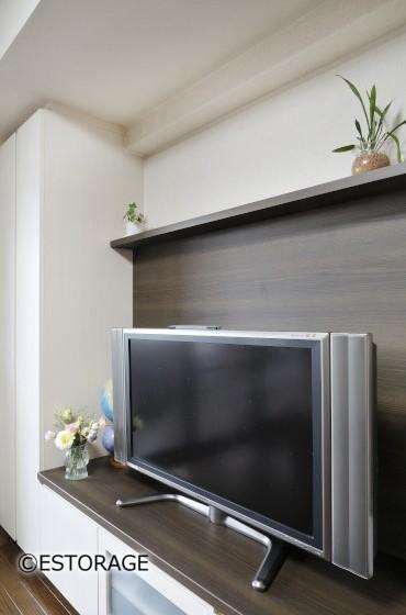 テレビの背面はダーク系のウッドを採用