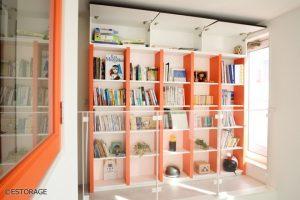 家の空間と調和した個性的なオーダーメイドの書棚