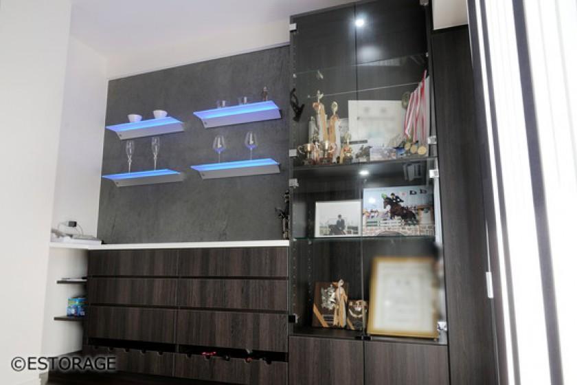 光る棚板が印象的なダイニングボード