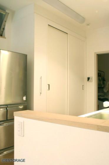 壁一面でキッチン収納、書棚、デスク全てがまかなえる収納