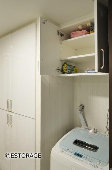 デットスペースを有効活用した洗濯機上収納。
