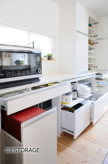 光が差し込む明るいキッチンを実現した食器棚。