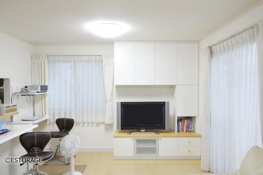 白を基準色にしたTVボードと小技の効いたPC台