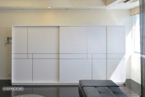 大型の引き戸でテレビも隠せるリビング壁面収納