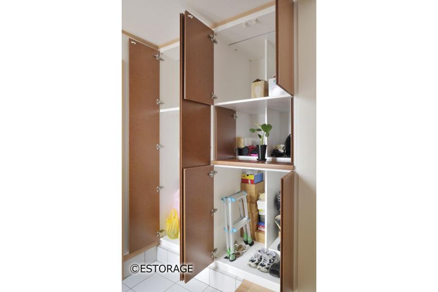 将来、収納するものや使い方に合わせて組み替えができる玄関収納。