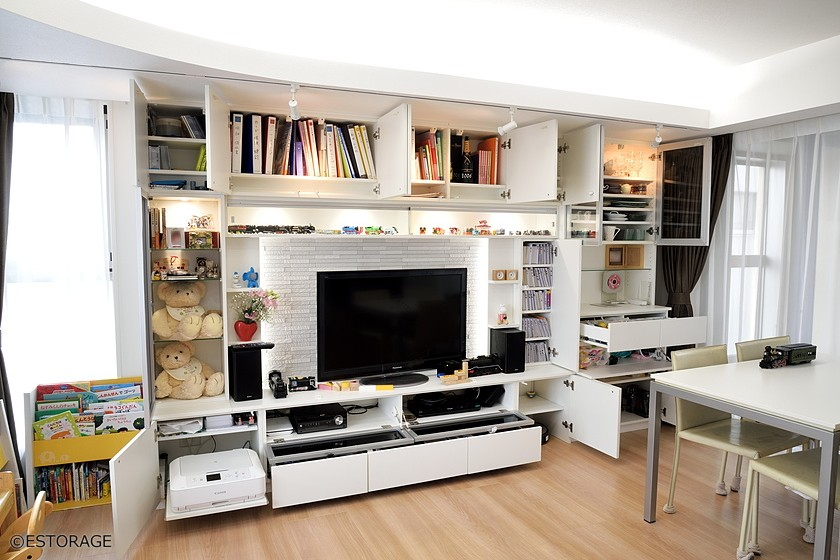間接照明を活かした壁面収納の十分な収納スペース