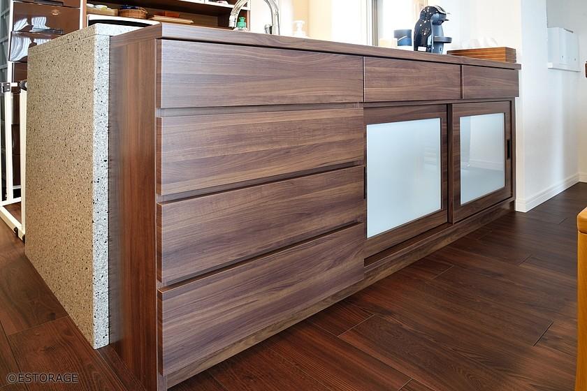ダイニングの家具と調和したカウンター下収納