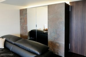 天然石と鏡の扉で重厚感のあるリビング収納